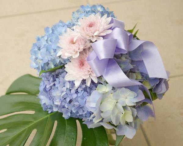 とっても素敵な紫陽花ブーケ。青色の花言葉は「辛抱強い愛情」小さなお花が集まっていることから「家族団らん」とも